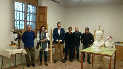 Alcalde y Concejal junto a los profesores en la nueva sede