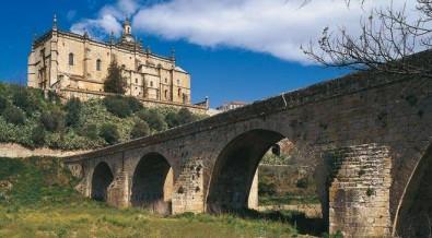 Catedral y puente.Coria