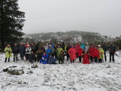 La ruta senderista del domingo contó con 49 participantes a pesar de la nieve